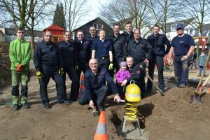 Einbau des Feuerwehr-Wackelhelms auf dem Spielplatz