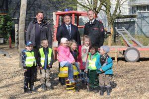 Einweihung des neuen Feuerwehrspielplatzes und Übergabe des Wackelhelms